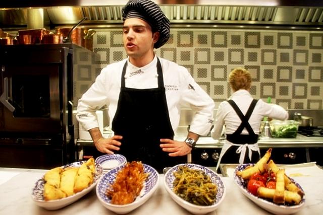 il giovane Tommaso Lucanfora, 24 anni, prepara in diretta le varie pietanze