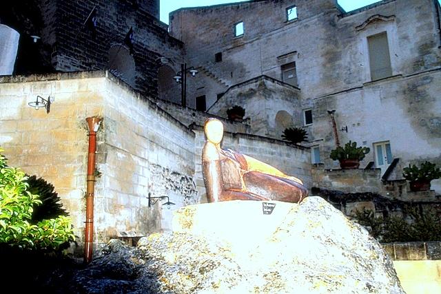 una statua all'ingresso
