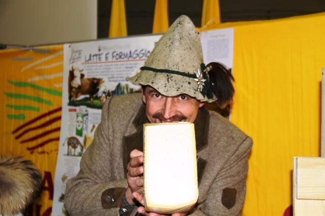 Graziano Lozzer con un suo formaggio di alpeggio