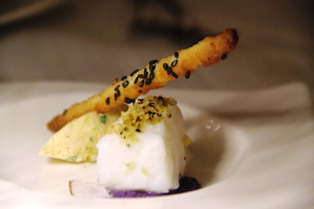 baccalà con ganache salata ai ricci di mare, crumble di panbruciato e grissino al cocco