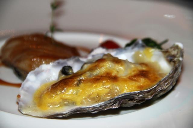 ostrica gratinata con crauti allo champagne e black cod caramellato