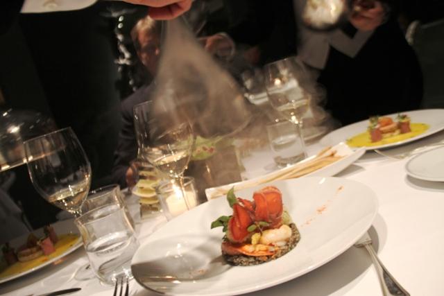 astice affumicato con riso selvaggio calamari e salsa mediterranea
