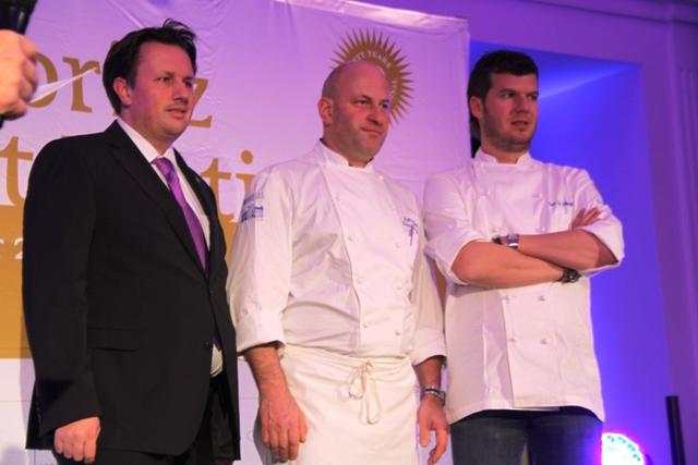 Gert de Mandeleer con il direttore e lo chef resident del Waldhaus