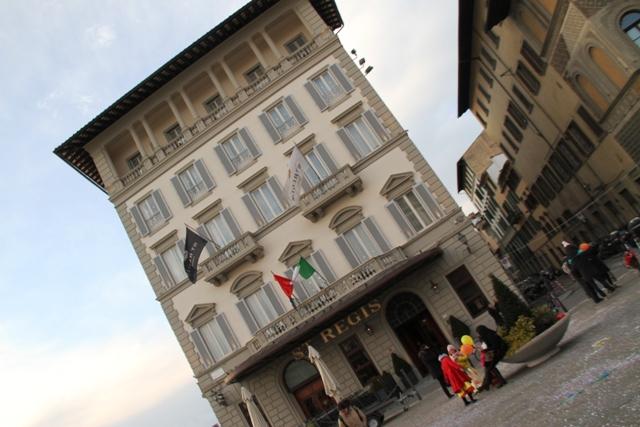 di fronte è il Grand Hotel