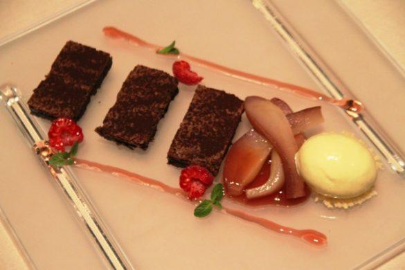 fondant al cioccolato con pere al vino rosso e gelato alla cannella