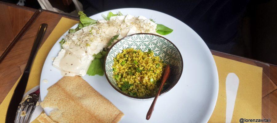 Qui Fum taboule di quinoa con broccoli siciliani nocciole e curcuma, tagliata di tofu artigianale su letto di erbe selvatiche e maionese di miso