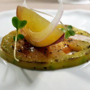 cuore di bue verde arrostito con pesca e cipolla rossa di Zerli
